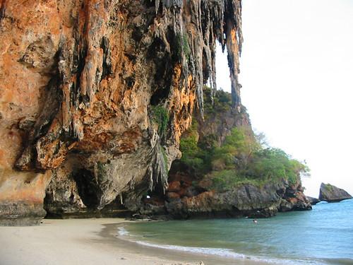 Пляж Прананг на Рэйли — удивительное место.