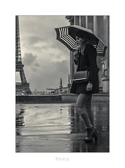 Paris n°129 - In Thoughts (Nico Geerlings) Tags: trocadero paris parijs ngimages nicogeerlings nicogeerlingsphotography leicammonochrom 50mm summilux eiffel toureiffel eiffeltoren eiffeltower streetphotography umbrella rain raining rainy candid gloomy moody atmosphere