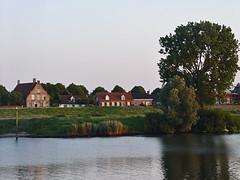Lith,-Lithsedijk en de Maas (petervandelavoir) Tags: poplar village lith maas dijk dorp blueribbonwinner bakenboom lithsedijk beacantree