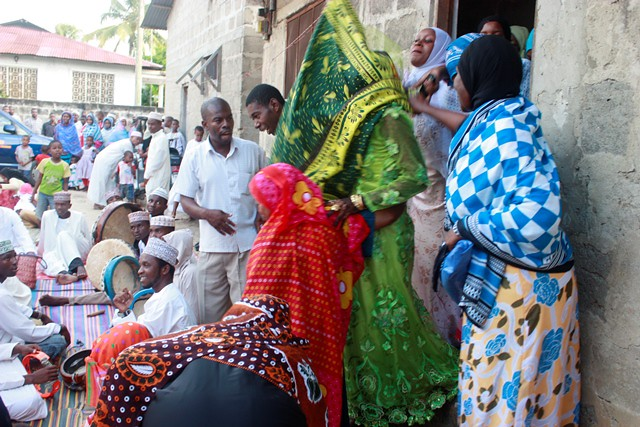 anni makes stool, wedding in Bububu 080.jpgedit