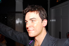 Robbie Williams (2107) (Thomas Becker) Tags: madame tussaud celebrity london geotagged museu statues muse celebrities wax museo bakerstreet figuras muzeum robbiewilliams cera tussauds madametussauds waxfigure waxwork waxworks cire wachs panoptikum cere mmetussauds musedecire wachsfigur wachsfiguren museodecera mmetussaud wachsfigurenkabinett museudecera museodellecere muziejus geo:lon=0155118 london042007 vaxmuseum geo:lat=51522757 gabinetfigurwoskowych woskowe vakofigrmuziejus vako