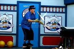 knife juggling (Badger 23 / jezevec) Tags: sanfrancisco california street public fire funny kii fishermanswharf entertainer knives juggling pier39 juggler performer streetentertainer jugglers kalifornien jonglerie tung jonglieren サンフランシスコ giocoleria malabarismo jongleren califórnia 舊金山 jezevec 샌프란시스코 旧金山 カリフォルニア lacalifornie sjonglering žonglování californië ジャグリング 加利福尼亚 hứng knifejuggler 2007california jonglering liveaudience jonglööri 雜技 2007vacation 20071205 malabarisme 캘리포니아 加利福尼亞 σανφρανσίσκο καλιφόρνια gregfrisbee salamangka жонглирование жонглювання hokkabazlık žongliranje żonglerka zsonglőrködés djögl жонгльор