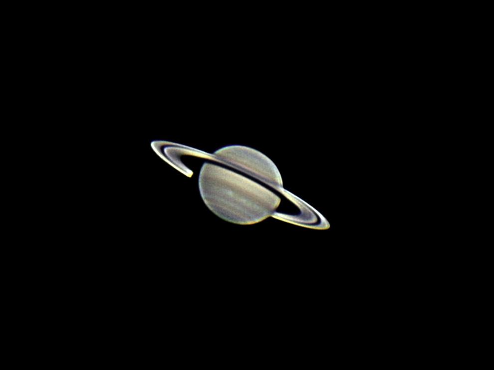 Saturno es el sexto planeta del Sistema Solar, es el segundo en tamaño y masa después de Júpiter y es el único con un sistema de anillos visible desde nuestro planeta. Forma parte de los denominados planetas exteriores o gaseosos, también llamados jovianos por su parecido a Júpiter. El aspecto más característico de Saturno son sus brillantes anillos. Antes de la invención del telescopio, Saturno era el más lejano de los planetas conocidos y, a simple vista, no parecía luminoso ni interesante. (Rodrigo Ríos - Zanjita, Paraguay)