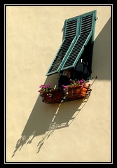 Promenade dans les rues de Lucca (1) (melolou) Tags: shadow italy window lucca shutter soe volet 10faves theperfectphotographer friendlychallenges