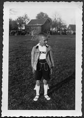 Archiv K932 Gartenphoto, 1930er (Hans-Michael Tappen) Tags: archivhansmichaeltappen garten landschaft scenery outdoor outfit kleidung kniestrümpfe bommel wolljacke lederhose boy haarschnitt frisur fotorahmen 1930s 1930er