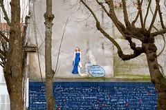 """""""Aimez, aimez ; tout le reste n'est rien."""" (Jean de la Fontaine) (ettigirbs2012) Tags: walloflove murdesjetaime montmartre squarejehanrictus placedesabbesses paris bleu blue arbres mur"""
