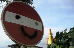 Keep on smiling u2! (McMone) Tags: red colors smile face smiling happy eyes happiness sorriso rosso viterbo segnaletica viso divieto ridere smilingquantomeviedaride