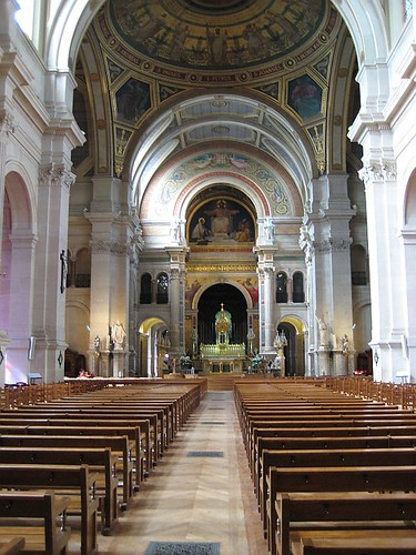 L'Eglise St François Xavier: view along nave to the altar