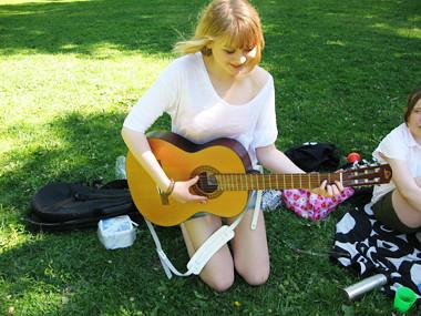Alma spelar gitarr