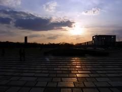 Kanzlerdämmerung (Peter Panter) Tags: sunset berlin germany deutschland fuji sonnenuntergang dusk kanzleramt s800 regierungsviertel abenddämmerung chancellorsoffice s5800 governmentsector