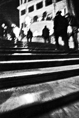 Piazza di spagna in JAZZ (Illusiontom) Tags: bw roma scale spain nikon place steps jazz bn piazzadispagna di movimento piazza nikkor spagna 1870 dinamic thebigone cammino dinamica d80 gradinate illusiontom tommyt indipedentphotos