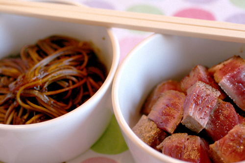 Tataki di manzo con Noodles al tè verde