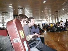 esperando a la salida del avión mientras sergio ofrecía rock y activaba su roaming