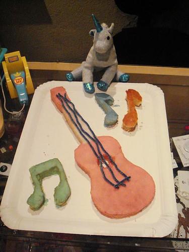 Ukelele cake for Uni & her ukelele