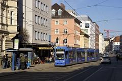 R3-Wagen 2213 erreicht die Haltestelle Müllerstraße (Frederik Buchleitner) Tags: 2213 linie19 munich münchen r3wagen strasenbahn streetcar tram trambahn