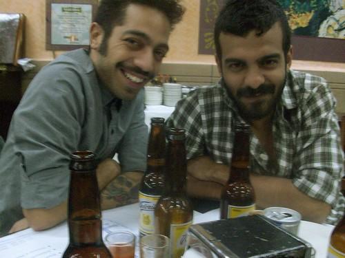 Saúl y Lizandro en una cantina mexica-na