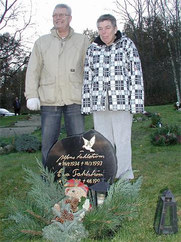 Storebror och lillasyster yster vid mammas grav