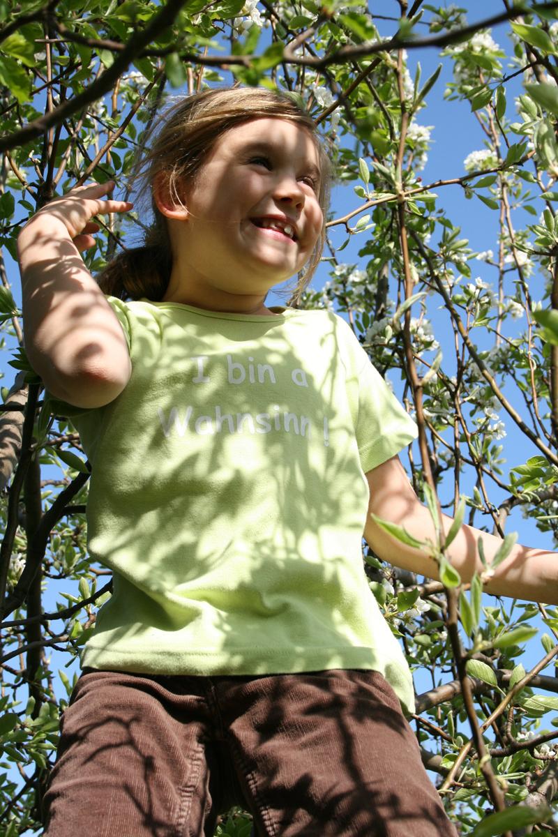 die Hannana im Apfelbaum:-)