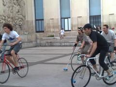 bike polo au palais de tokyo (Bicimensajero) Tags: paris bikepolo palaisdetokyo pignonfixecom
