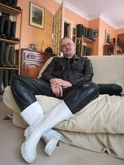 Latex noir & bottes caoutchouc blanches (pascal en bottes) Tags: white black boots goma rubber latex pascal wellies gummistiefel bottes botas gumboots gomma blanches caoutchouc stivali stövlar