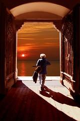 Nell'immensità (meghimeg) Tags: 2017 flickerland donna woman gente porta door alba sunrise sole sun mare sea luce light ombra shadow nuvole clouds cielo sky