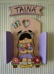 enfeite porta menina na janelinha rosa e lilas Tainá (Imer atelie) Tags: flores borboleta porta menina cheirando pintura mdf lilas enfeite janelinha tainarosa