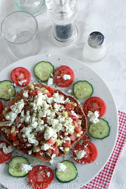 Freselle con pomodori, cetrioli e feta