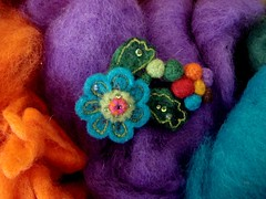 flor multicolor (B@B) Tags: naturaleza flores flower broche arte handmade crafts brooch flor felt artesania costura creaciones fieltro rocalla manualidad bab fieltrina feltrina felthu