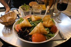 Salad with french beans and goat's cheese parcels