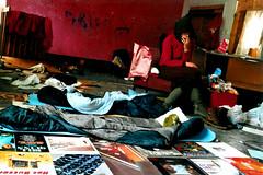 CamP PuNKs! (Farbenfnger) Tags: travel red rot scotland living reisen punk chaos absurd zimmer surreal unscharf kinlochleven wohnen campen brigadetagebuch jugendclub lianepopane 2yearsago nolomo plattencovers schlafscke