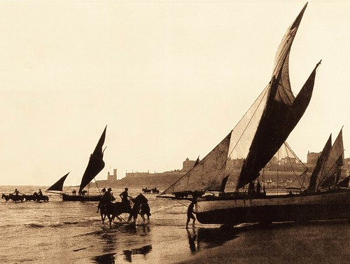 Foto Antigua de Barcos de Pesca en la Costa | Vintage Photo of Fishing Boats on the Shore, Mar del Plata by rodrimdq on Flickr