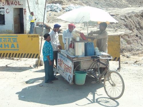 Nuestros conductores sijs en un puesto callejero de Nueva Delhi