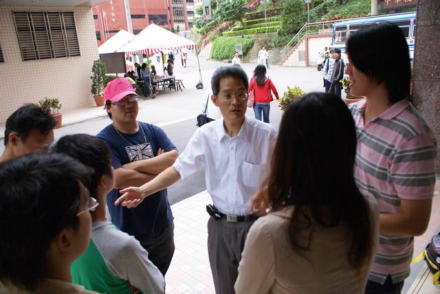 校方人員要求九五聯盟成員及學生不要在校內進行擺攤宣傳