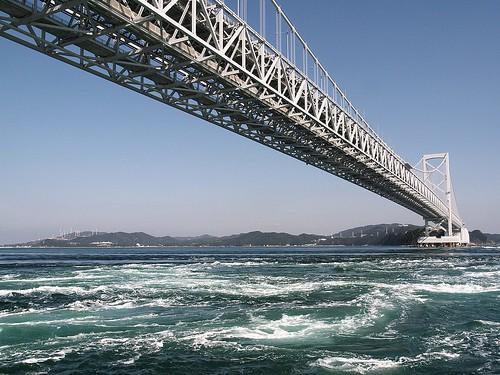 鳴門大橋を見上げる