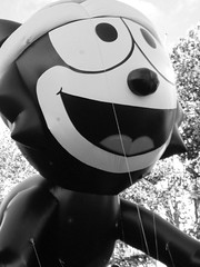 Old B&W Cartoon Character (John 3000) Tags: california christmas xmas cute animals comics balloons fun cartoon smiles gatos felixthecat sonrisas sanjoseholidayparade thewonderfulwonderfulcat wheneverhegetsinafix hereachesintohisbagoftricks