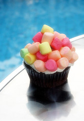 (7oO7oO) Tags: pink blue sunlight yellow cake yummy chocolate cupcake kuwait marshmellow 2007 7070 jujus 7oo7oo colourartaward jujuscupcakes
