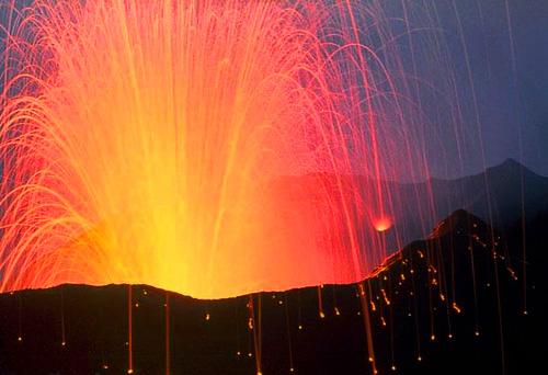 1909382576 eca9d20584 Danger and Beauty of Hawaiian Volcanoes