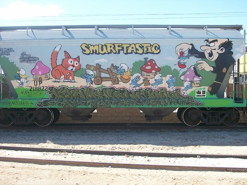 Grafitti de los pitufos en vagón de tren carguero (6)