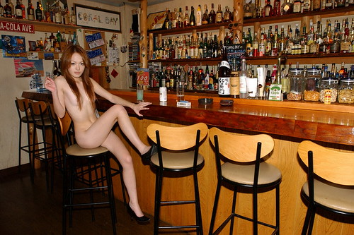 漂亮的美女酒吧里脫自拍
