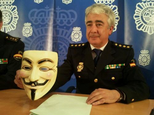 Un policía con una mascara de Anonymous