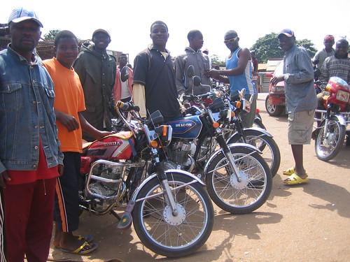 Motos en Akomban, Camerún