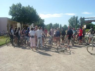 Alumnos de 6to. año ultimando detalles antes de comenzar la bicicleteada
