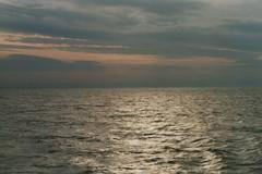 42 ein Seetag geht zu Ende1 (1) (divertom68) Tags: analog europa europe fuji scan dämmerung abenddämmerung gescannt kleinbildkamera papierfoto deutschlandgermanymarinenavywilhelmshavenwhvwehrpflichtzeitsoldatberufssoldatseefahrtauslandsreisehafenheimathafenzerstörergeschwader101101ahamburgklassezerstörerdestroyerhessend184sonnenuntergang divertom68