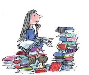 Matilda subida en una montaña de libros