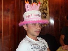Noooo la foto no!!! (Conanil) Tags: birthday pink red rot hat rose drunk rouge idiot rojo verjaardag rosa diego geburtstag vermelho hut 25 chapeau stupid claudia sombrero aniversrio rood rosso cumpleaos compleanno corderosa idiota anniversaire cappello betrunken borracho conan roze chapu stom hoed ivre ubriaco stupide dumm estpido countrypub scemo gedronken bbedo mughy