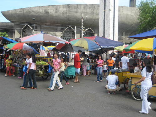 Vendors in front of St. Pedro Catheral Davao street market stalls Pinoy Filipino Pilipino Buhay  people pictures photos life Philippinen  菲律宾  菲律賓  필리핀(공화국) Philippines
