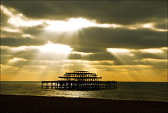 UN REGALO DEL CIELO (Karloswayne) Tags: light nikon brighton god westpier masterpiece moocard mywinners abigfave anawesomeshot aplusphoto d40x karloswayne