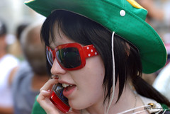 yararararara (Leley) Tags: red people woman green gente mulher linda d200 onthephone chapeu leley brazilianday notelephone coresdeportugal duetos colorsofportugal diaadiadobrasileiro