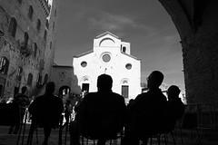 L'attesa all'uscita (Lazzaro75) Tags: chiesa bianco arco nero federico attesa uomini sgimignano lazzaro micheli 400d bnvitadistrada fotoleggendo2008fotocolture