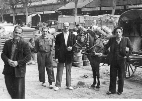 Mercat del Born amb el recader Emilio Cabré, de Portbou (any 1951)
